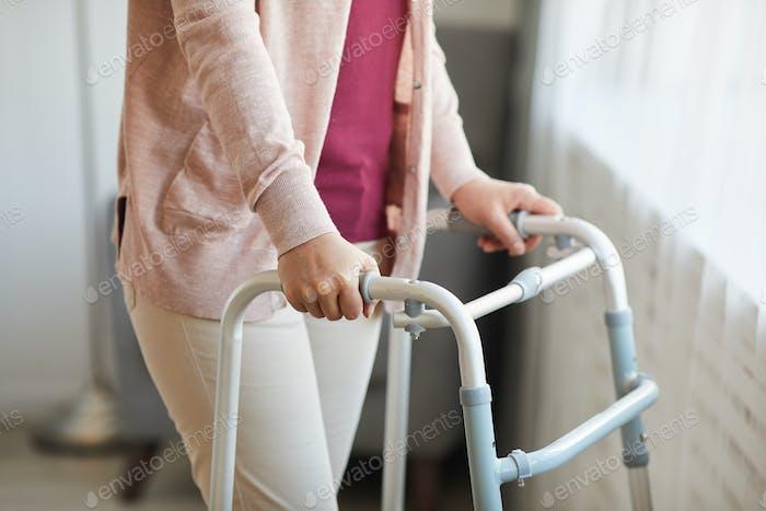 Mujer usando un andador