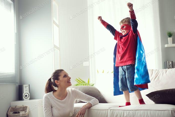 Kleiner Superheld mit seiner Mutter