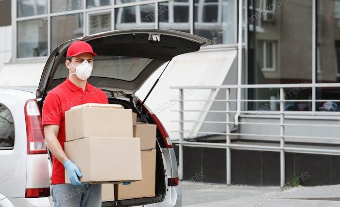 Hauslieferung während Panik des Coronavirus-Konzepts. Kurier mit Boxen in der Nähe des Autos