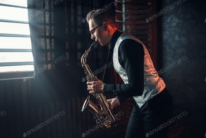 Saxophonist spielt Jazzmelodie auf Saxophon