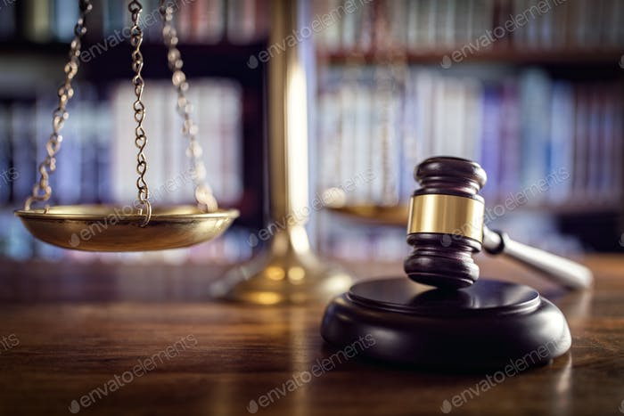 Gavel, Waagen der Justiz und Rechtsbücher