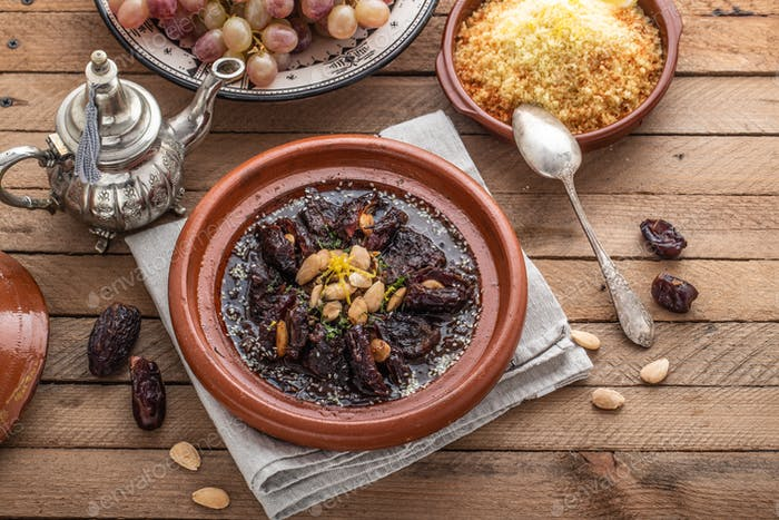 Moroccan tajine of beef with dates and almongs
