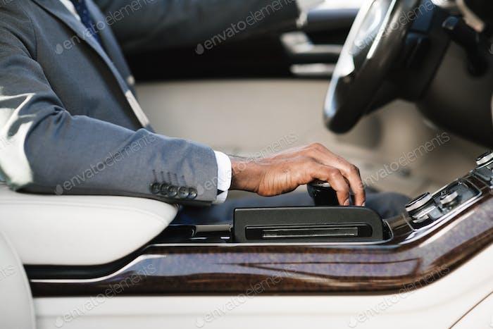 Geschäftsmann Auto fahren, Hand auf Getriebe halten