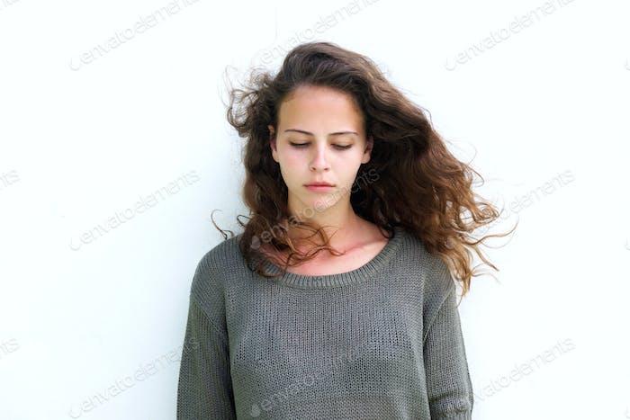 Привлекательная женщина с длинными каштановыми волосами глядя вниз