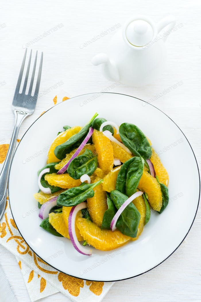 Spinach salad with oranges and onion
