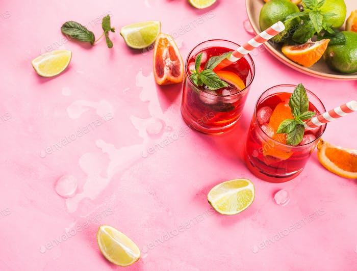 Frischer eisroter Cocktail mit Blutorange