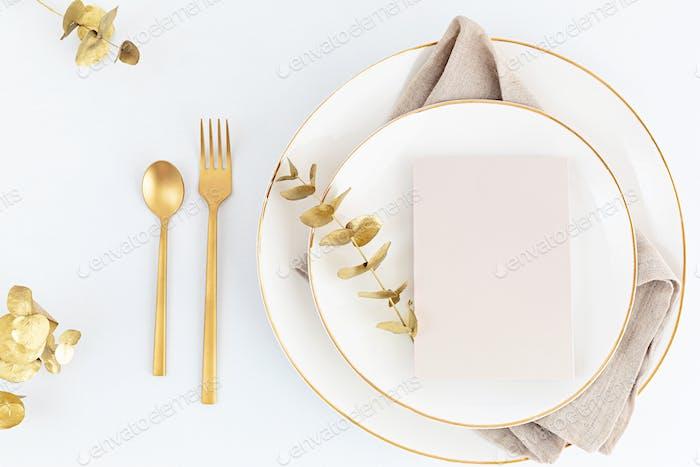 Festliche Weihnachten, Hochzeit, Geburtstagstisch mit goldenem Besteck und Porzellanteller