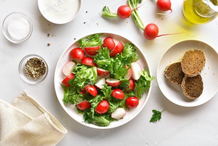 Rettich-Salat mit Salatblättern