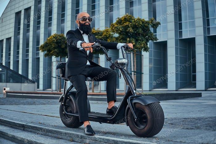 Человек едет на своем новом электрическом велосипеде