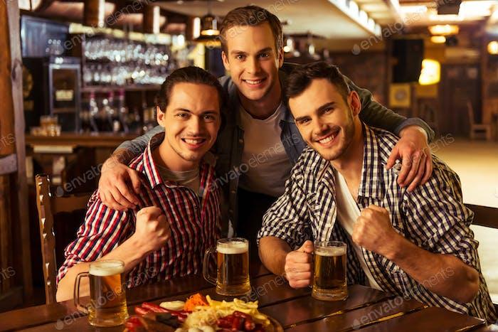 Männer im Pub