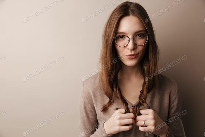 Foto de joven hermosa mujer posando y mirando a la cámara
