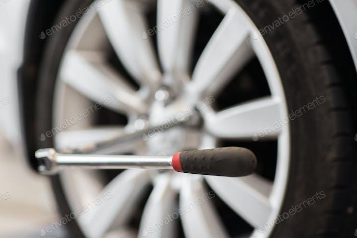 Schraubendreher und Auto-Radreifen