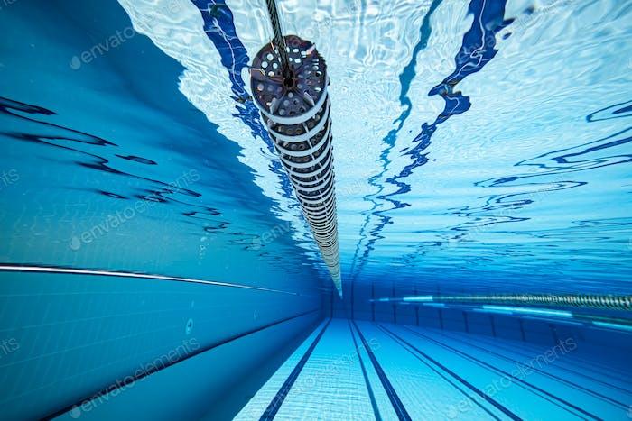 Olympisches Schwimmbad unter Wasser Hintergrund.