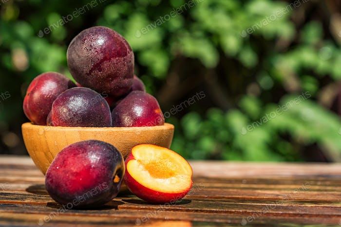 Pluot, Mischung aus Pflaume und Aprikose in Holzschale