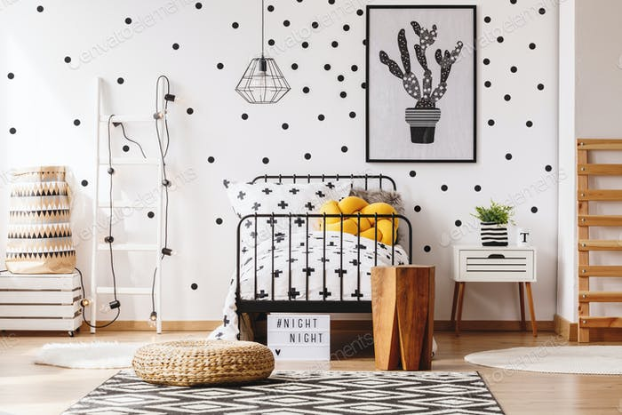 Gelbes Kissen auf Kinderbett