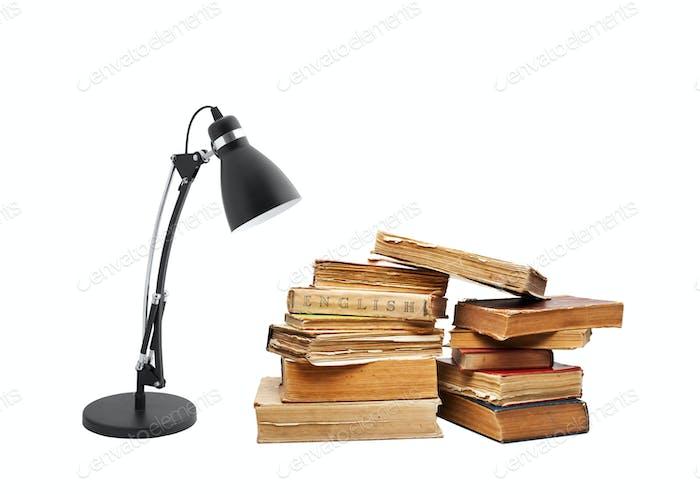 alte Bücher mit einer Lampe