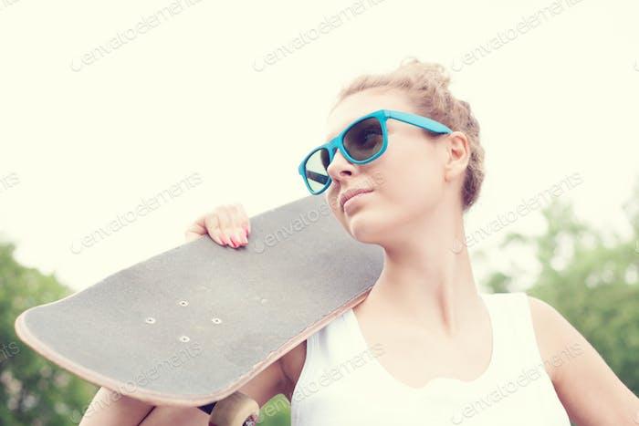 Mädchen mit einem Skateboard
