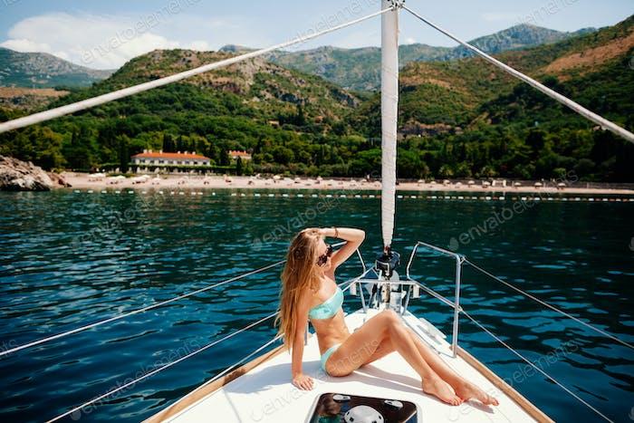 sexy Frau entspannen auf der Yacht im Meer