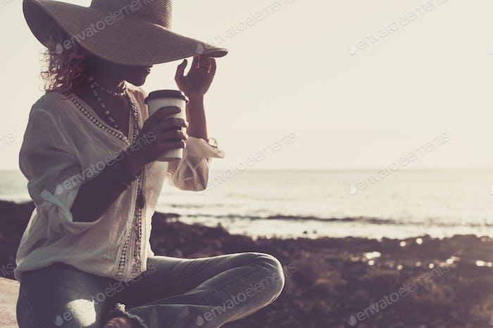 concepto de vacaciones de verano, vacaciones, viajes y personas - mujer sonriente en el sol sombrero de paja