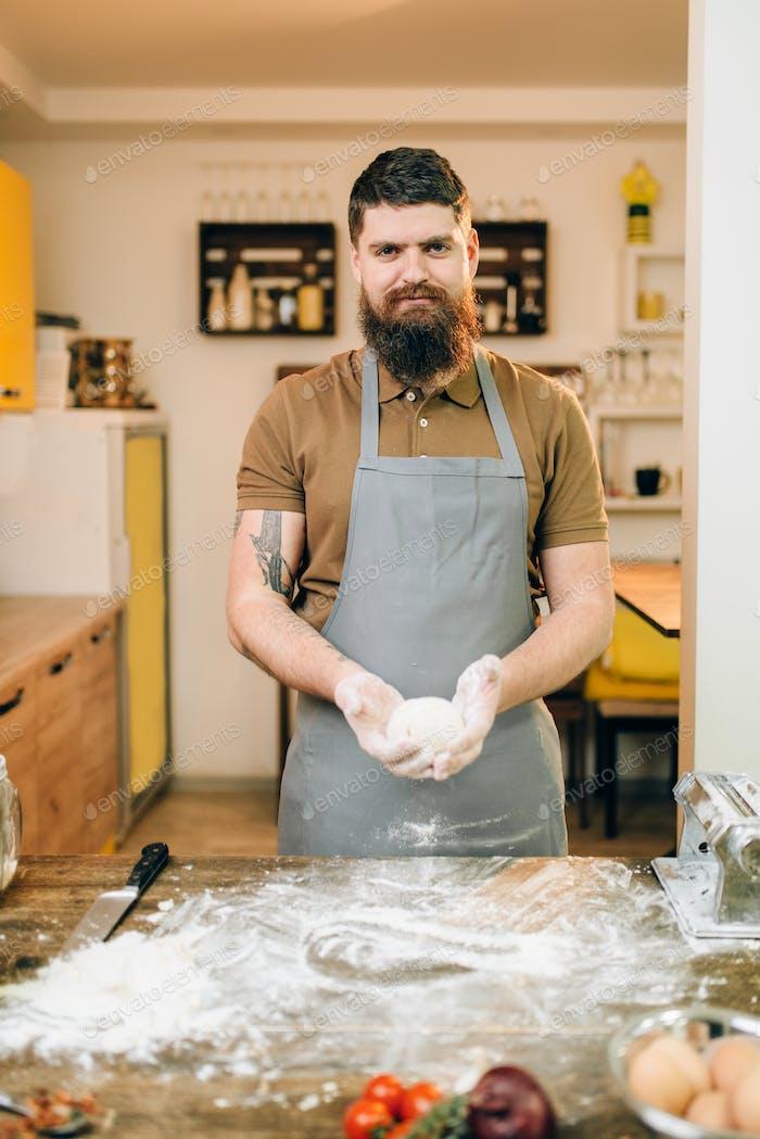 Hausgemachte Pasta Kochen, männliche Hände mit Teig