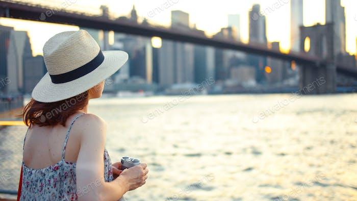 Mujer joven en el punto de vista, NYC