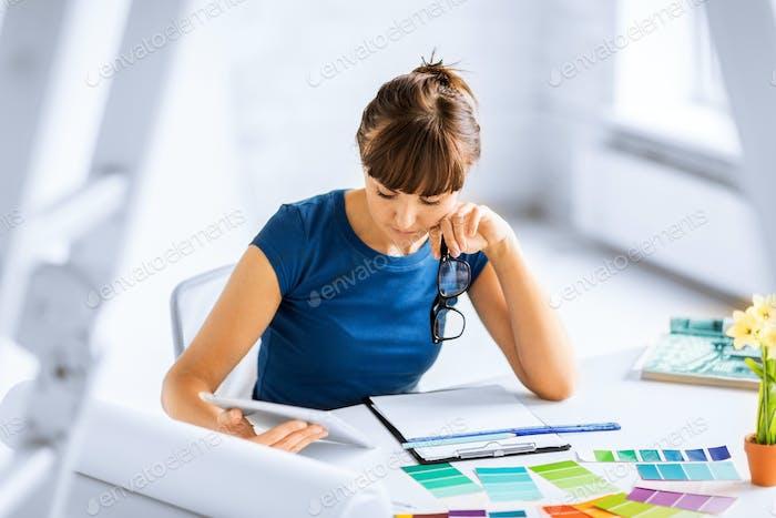 Mujer Trabajo con muestras de color para la selección