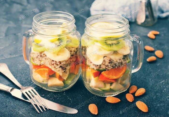 frischer Salat in der Bank