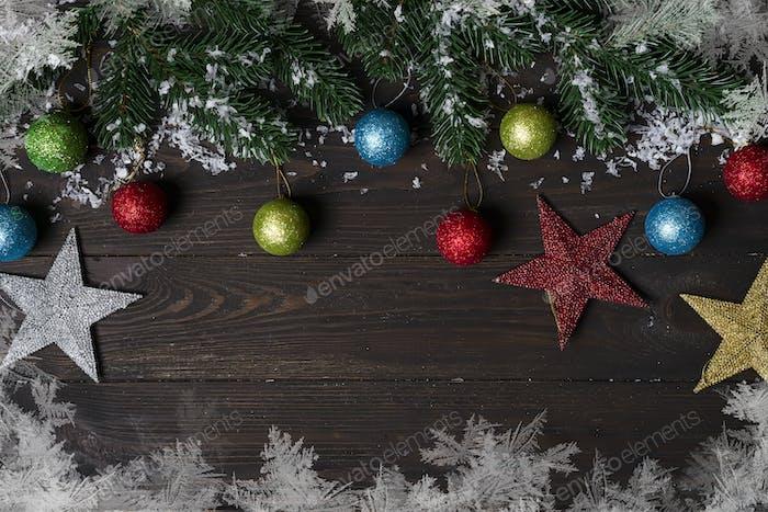 Weihnachten Holzhintergrund mit Schneetanne.