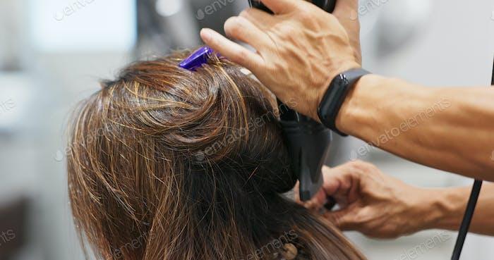 Peluquero cabello seco en peluquería