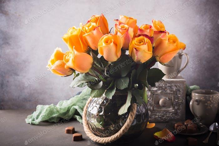 Schöne gelbe Rosen in Vase.