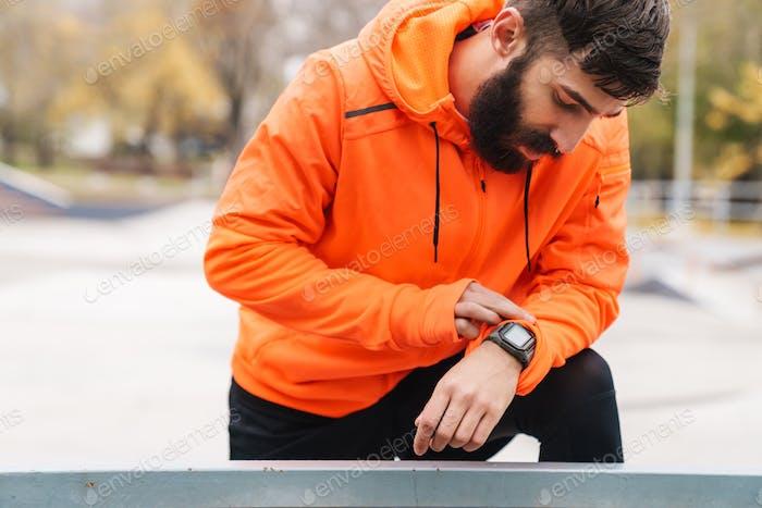 Attraktive junge müde Sportler ruht nach dem Joggen