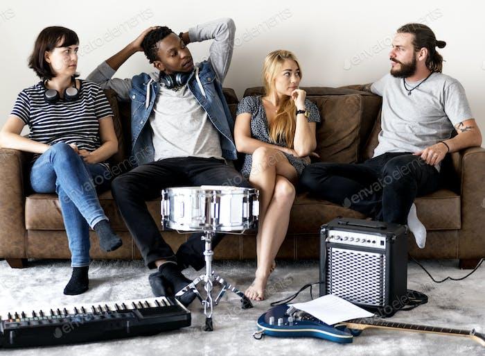 Menschen gemeinsam Musik genießen