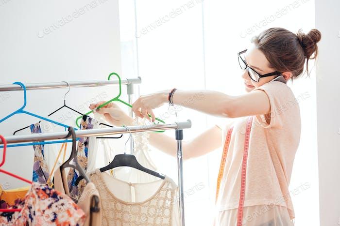 Lächelnde Frau Modedesignerin im Gespräch auf Handy