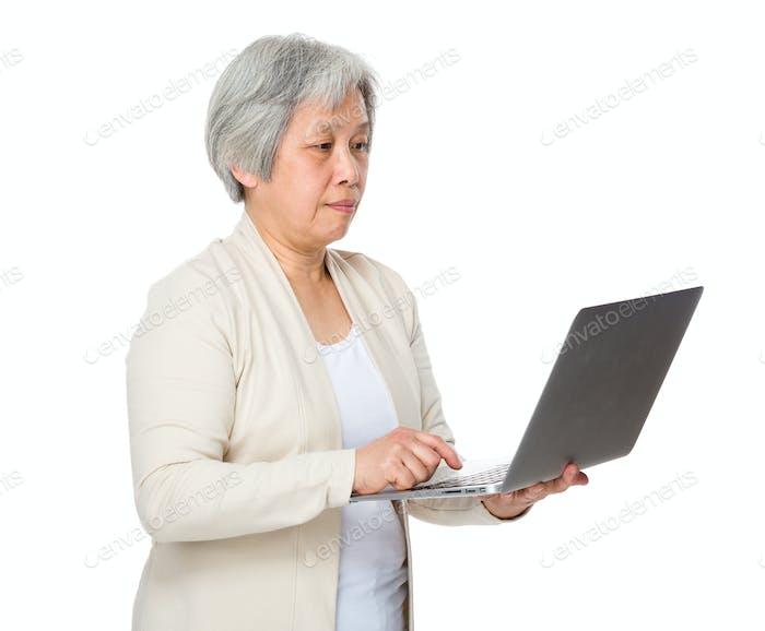 Mujer anciana aprender a usar el cuaderno