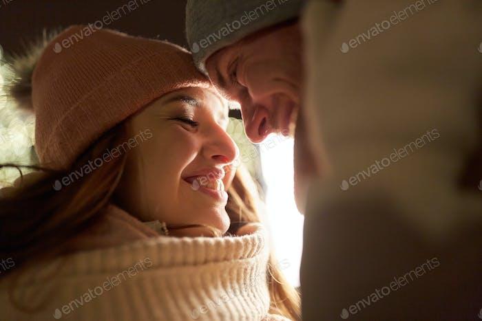 Nahaufnahme von glückliches Paar in Winterkleidung