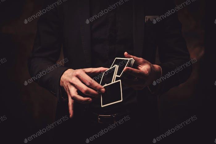 Hombre mostrando trucos con tarjetas