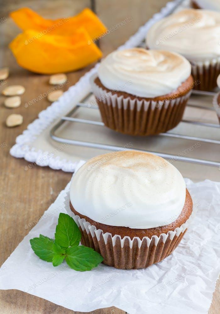 Hausgemachte Kürbis-Cupcakes mit Baiser verziert