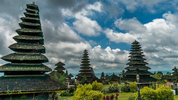 Dächer in Pura Besakih Tempel in Bali, Indonesien