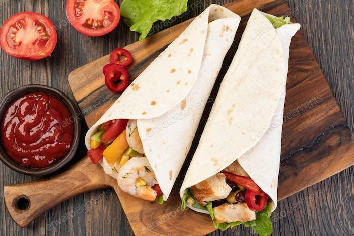 Burrito mit Gemüse und Tortilla