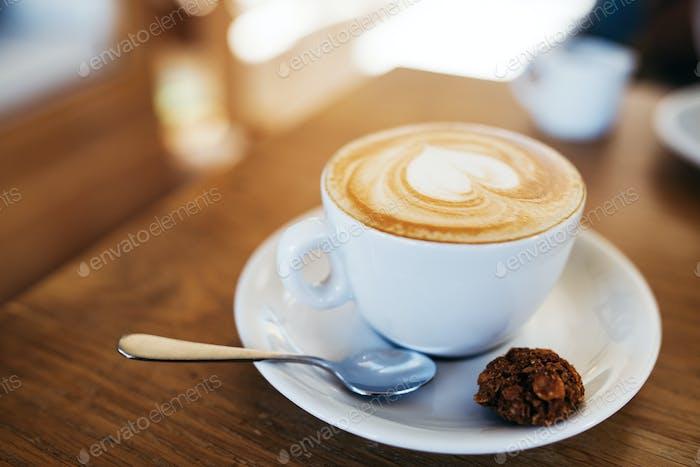 Eine Tasse Kaffee auf dem Tisch, Latte Art