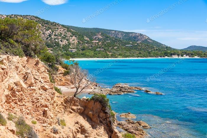 vista de la Playa de Rondinara en la Isla de Córcega en Francia