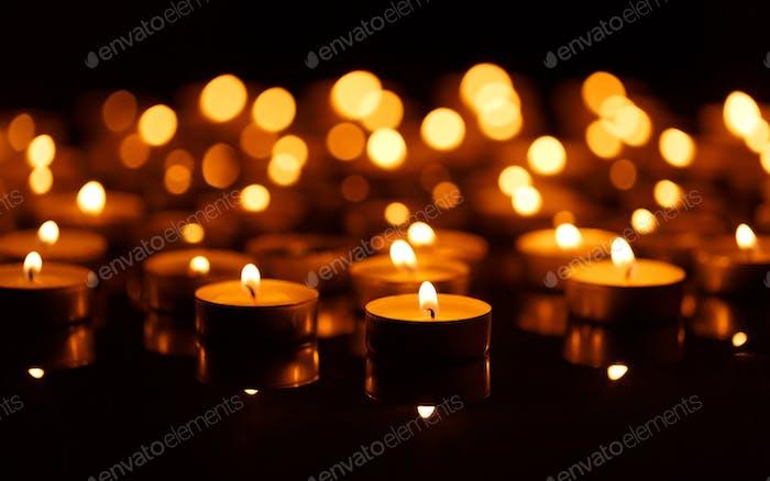 Brennende Kerzen mit geringer Schärfentiefe