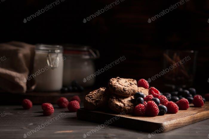 Köstliche hausgemachte Kekse auf rustikalem Holzteller