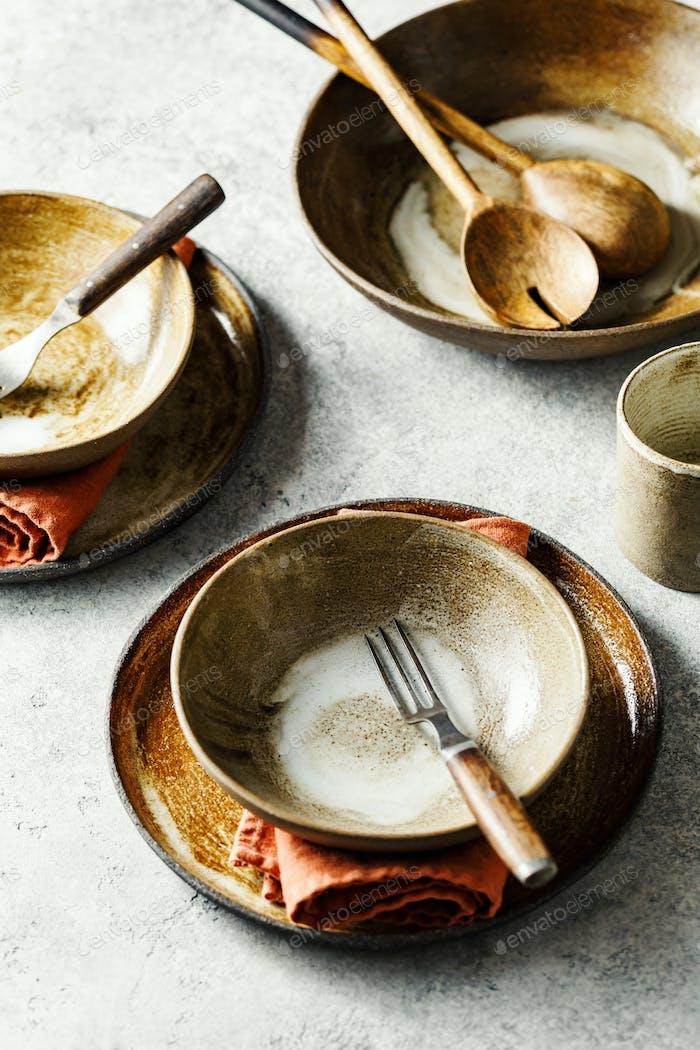 Leere Keramikschalen und Teller