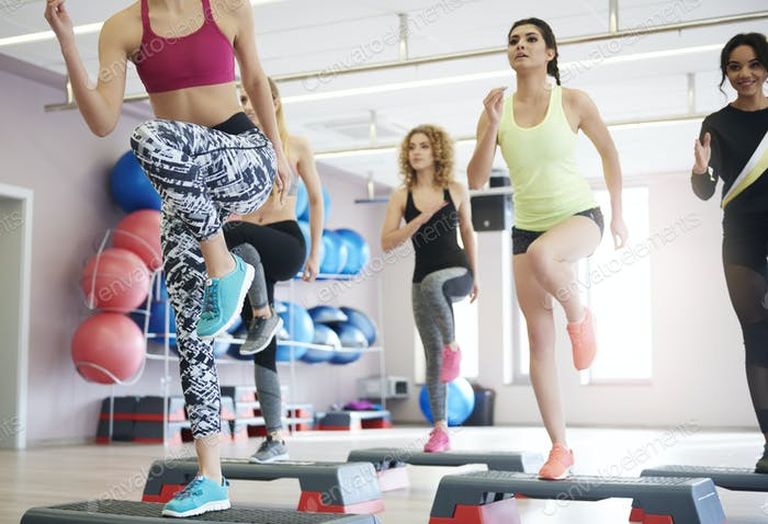 Step-Aerobic im Fitness-Club