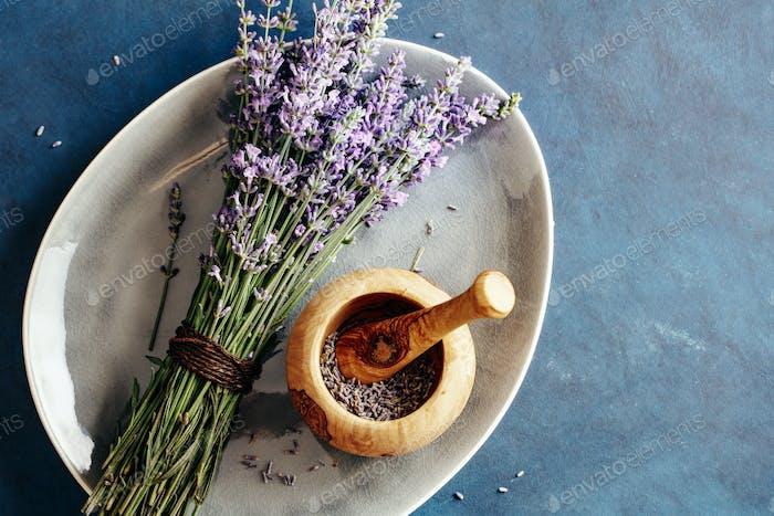 Frisches Bündel aus Lavendel und Holzmörtel mit Lavendelblüten