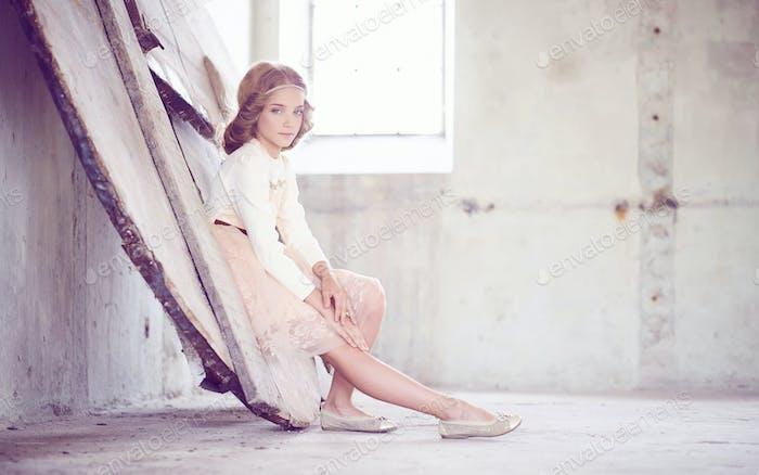 Charmantes kleines Mädchenmodell posiert in einem Studio.