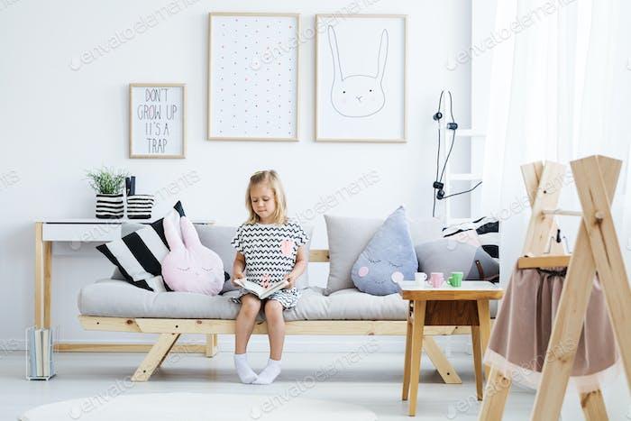 Mädchen lesen auf sofa