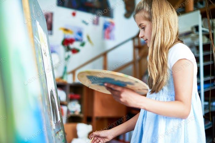 Mädchenmalerei in Kunstklasse