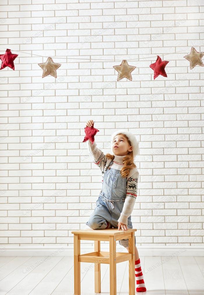 Kind hängt die Sterne
